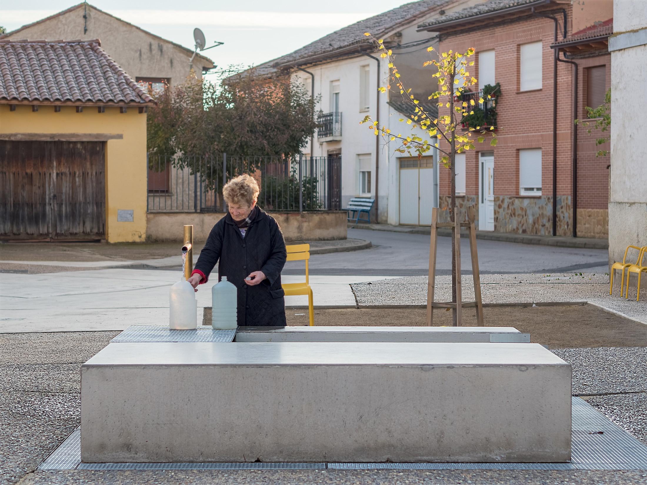 Plaza Mansilla – Recogiendo agua fuente artesiana